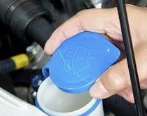 Revisa el nivel del liquido lava parabrisas antes de viajar en tu auto